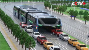 """Pour résoudre les problèmes de trafic, le bus sera capable """"d'enjamber"""" les voitures."""