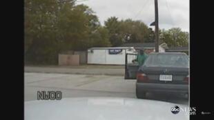 Lors d'un banal contrôle routier, Walter Scott sort furtivement de sa voiture avant de partir en courant.