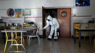 Désinfection d'une salle de classe à Cannes, le 10 avril 2020