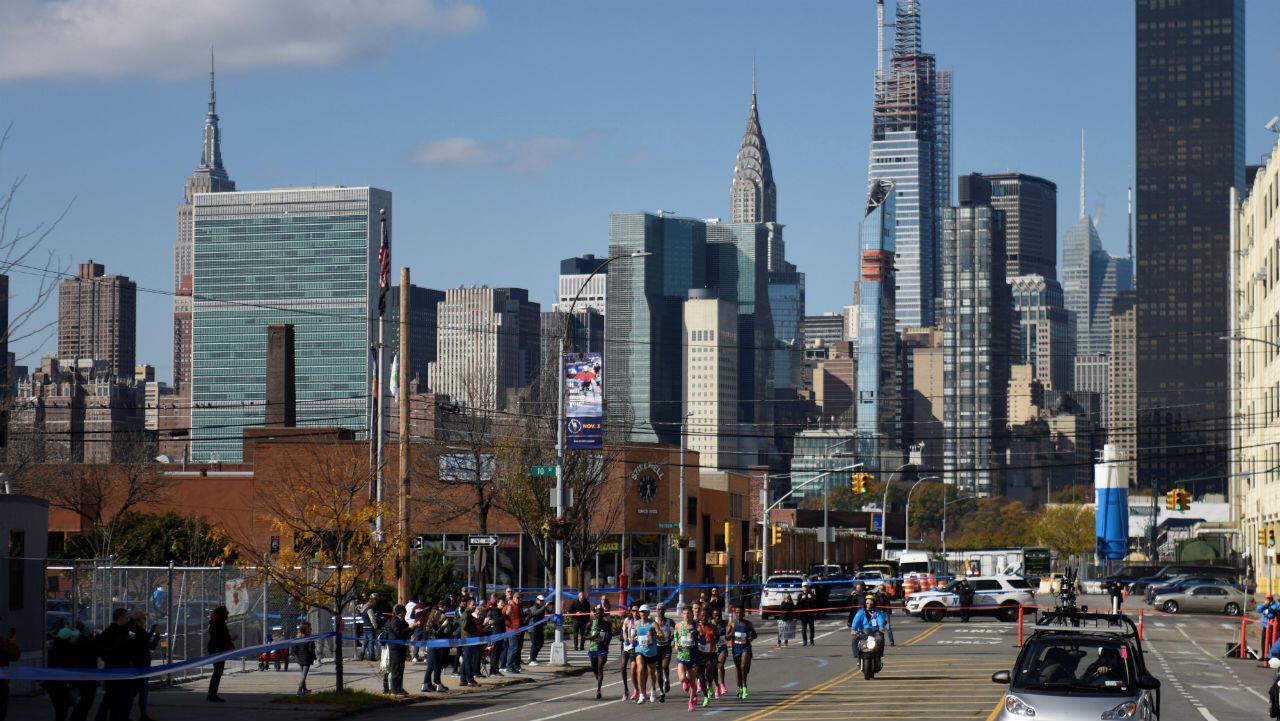 Vista general del horizonte de Nueva York a medida que la carrera masculina de élite pasa por el distrito de Queens.