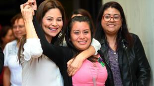 La Salvadorienne Evelyn Hernandez, après avoir été acquittée du meurtre de son bébé mort-né, devant le tribunal de Ciudad Delgado, à SanSalvador, le 19août2019.