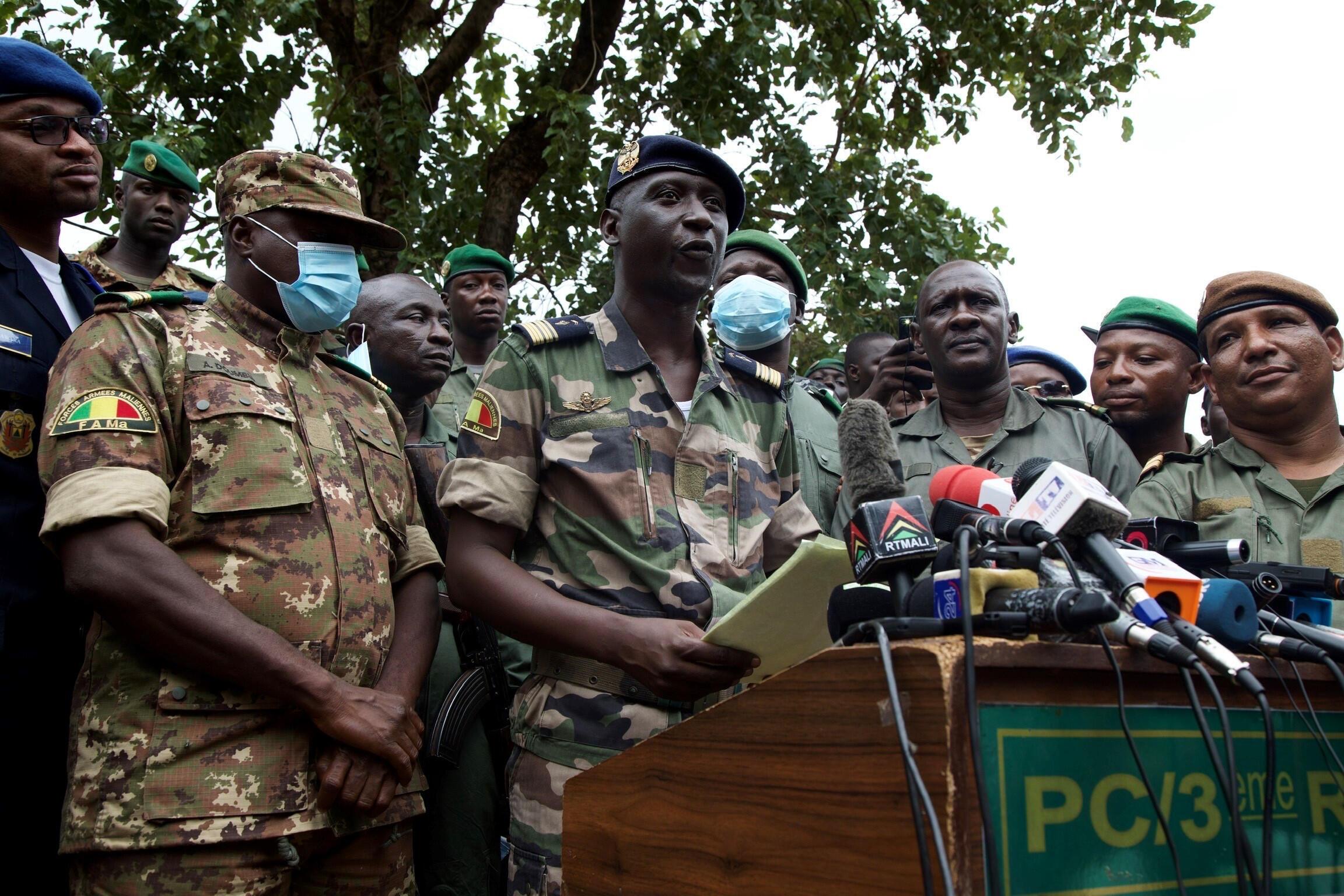 Le chef d'état-major adjoint de l'armée de l'air malienne, Ismaël Wagué, s'exprime lors d'une conférence de presse à Kati, au Mali, le 19 août 2020.