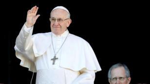 """Imagen de archivo. El papa Francisco saluda cuando llega para entregar el mensaje """"Urbi et Orbi"""" desde el balcón principal de la Basílica de San Pedro en el Vaticano, 25 de diciembre de 2018."""