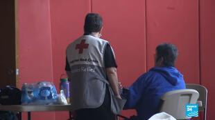 Fotograma de una migrante siendo asistida por los servicios sociales de la Cruz Roja en California, Estados Unidos.