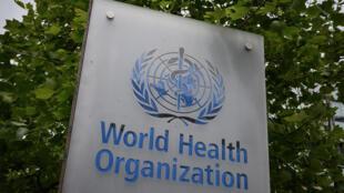 شعار منظمة الصحة العالية على مدخل مقرها في جنيف في 12 ايار/مايو 2020.