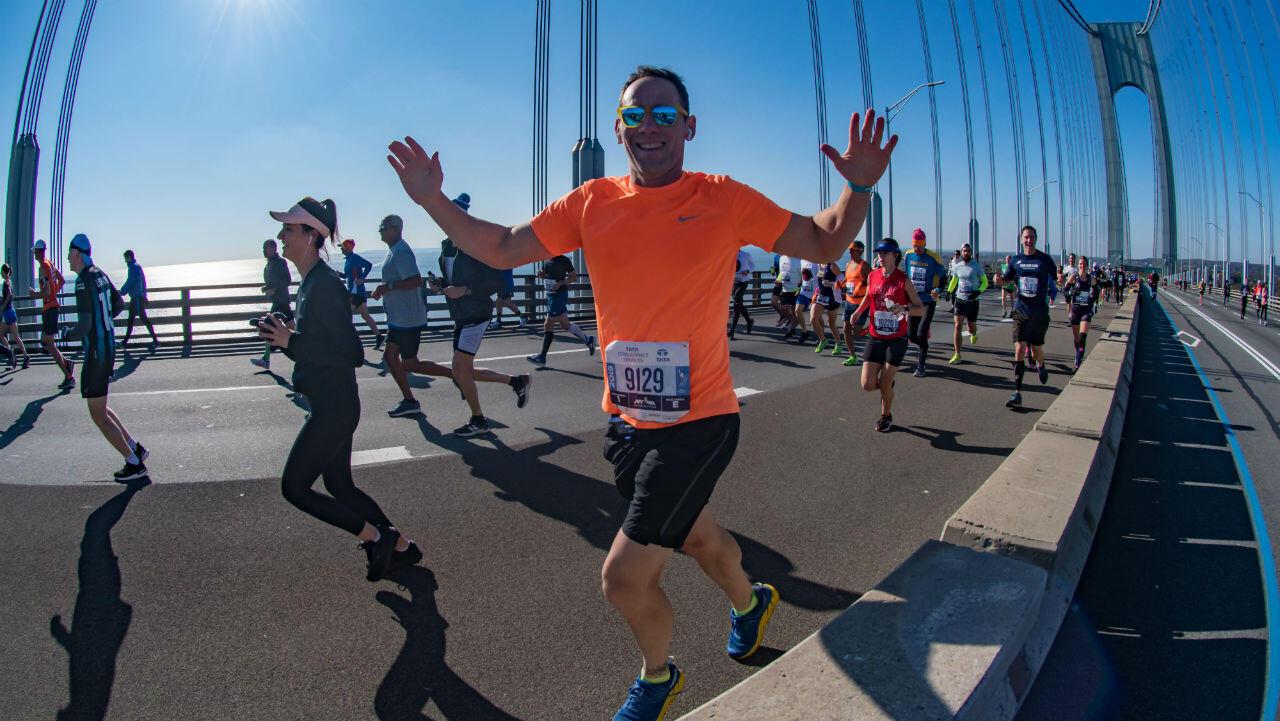 Los corredores compiten en la división profesional de hombres durante la Maratón TCS New York City 2019.