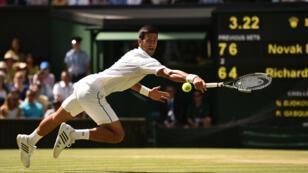 Le serbe Novak Djokovic a battu le français Richard Gasquet en demi-finale de Wimbledon, vendredi 10 juillet 2015.