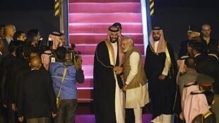 ولي العهد السعودي يصافح رئيس وزراء الهند نارندرا مودي لدى وصوله المطار في نيودلهي في 19 فبراير/شباط 2019.