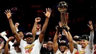 احتفال لاعبي تورونتو رابتورز بتتويج ناديهم بطلا لدوري كرة السلة الأمريكي. 13 يونيو/حزيران 2019.