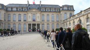 فرنسيون مصطفون أمام قصر الإليزيه لتقديم التعازي إثر وفاة جاك شيراك. 2019/09/27.