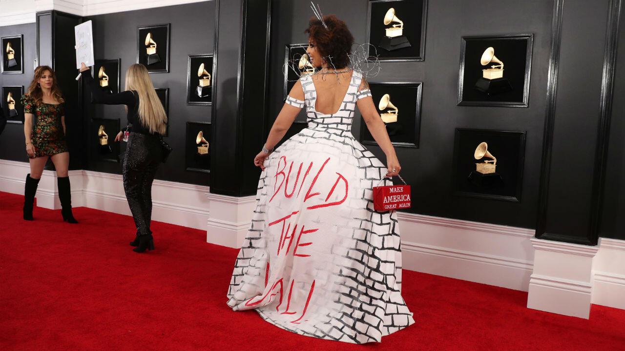 La cantante conservadora Joy Villa aprovechó para robarse muchas miradas al lucir un vestido estampado con una frase de apoyo al muro fronterizo con México propuesto por Trump.