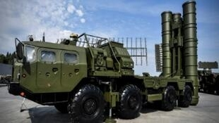 نموذج من نظام الصواريخ الروسي الصنع من نوع إس-400 خلال عرضه في موسكو في الثاني والعشرين من آب/أغسطس 2017