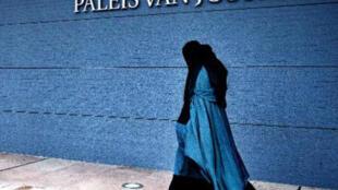 امرأة بالنقاب تمر أمام قصر العدل في لاهاي
