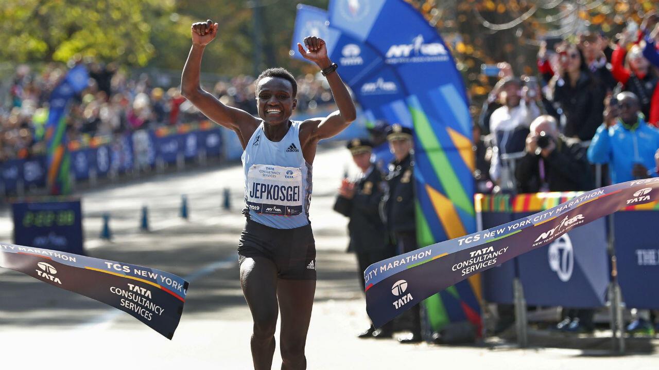 La corredora Joyciline Jepkosgei, de Kenia, con 25 años logró su primer título en Nueva York, en su estreno en esta carrera obtuvo un tiempo de dos horas. 22 minutos y 38 segundos.