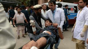 Une victime afghane lors d'un attentat qui a visé un meeting électoral dans la province de Nangarhar, le 2 octobre 2018.