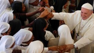 البابا فرنسيس يحيي المؤمنين بعد أن ترأس قداسا في دير الكرمل في أنتاناناريفو، مدغشقر، 7 سبتمبر/ أيلول 2019.