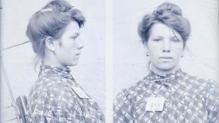 Un portrait face-profil réalisé en 1908 par un photographe de police judiciaire.