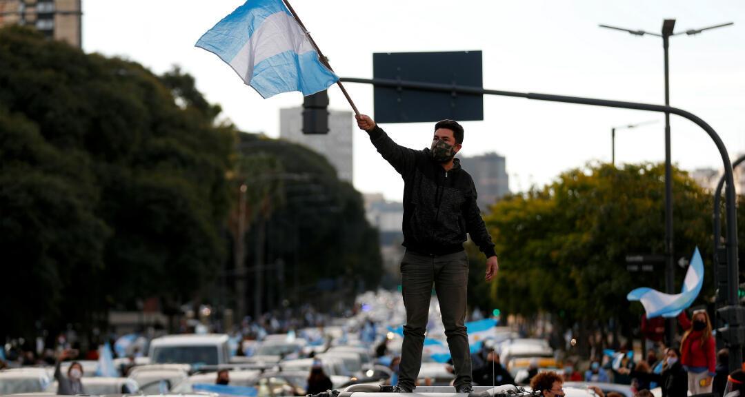 Manifestantes participan en una protesta contra el Gobierno nacional y las medidas de cuarentena en la ciudad de Buenos Aires, Argentina, el 9 de julio de 2020.