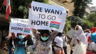 """عاملات غامبيات يرفعن لافتة كتب عليها """"نريد العودة إلى بلدنا"""" أمام القنصلية الغامبية في بيروت في 20 آب/أغسطس 2020"""