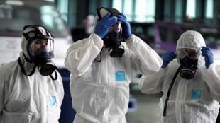 أفراد طاقم طائرة تايلندية يستعدون لتعقيمها تحسبا لاحتوائها على فيروس كورونا. 28 كانون الثاني/يناير 2020.