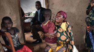 Una familia de la localidad de Buganda al noroeste de Burundi llora a uno de sus seres queridos víctima de la masacre en la aldea de Ruhagarika, el 12 de mayo de 2018.