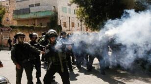 قوات الأمن الإسرائيلية تطلق الغاز المسيل للدموع على متظاهرين في ذكرى مجزرة ارتكبها مستوطن يهودي متطرف عام 1994، في الخليل الجمعة 24 شباط/فبراير 2017