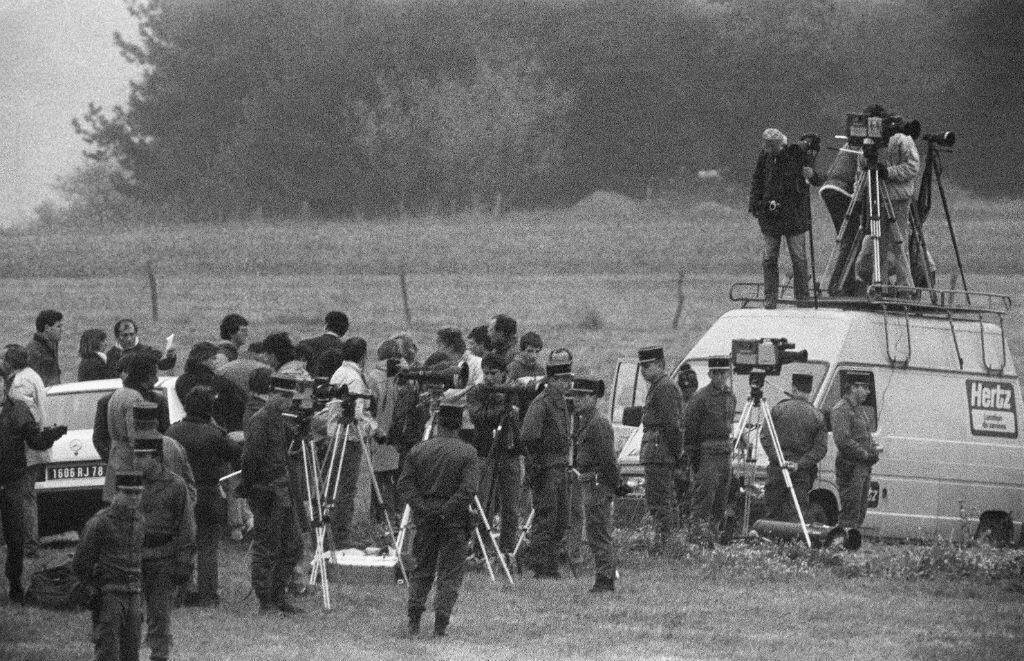 De nombreux journalistes assistent, le 30 octobre 1985, à Lépanges-sur-Vologne, à la reconstitution de l'assassinat de Grégory Villemin.