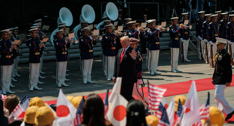 El presidente de Estados Unidos, Donald Trump, saluda durante su visita al emperador de Japón en Tokio. 27 de mayo de 2019.