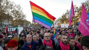 Miembros y simpatizantes de la comunidad de lesbianas, gays, bisexuales y transexuales (LGBT) protestan contra la discriminación y la violencia en la Plaza de la República en París, Francia, 21 de octubre de 2018.