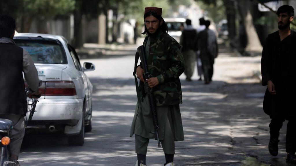 Un combatiente talibán hace guardia en un puesto de control en el barrio de Wazir Akbar Khan en la ciudad de Kabul, Afganistán, el domingo 22 de agosto de 2021.