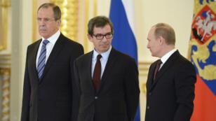 Le Premier ministre Russe,Sergei Lavrov, l'ambasadeur de France en Russie Jean-Maurice Ripert et le Président russe Vladimir Poutine, le 16 janvier 2014 à Moscou.