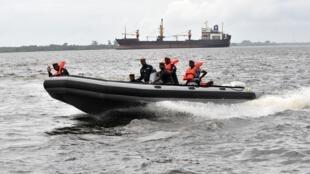 Unos guardacostas patrullan en el puerto de Abiyán el 29 de mayo de 2012