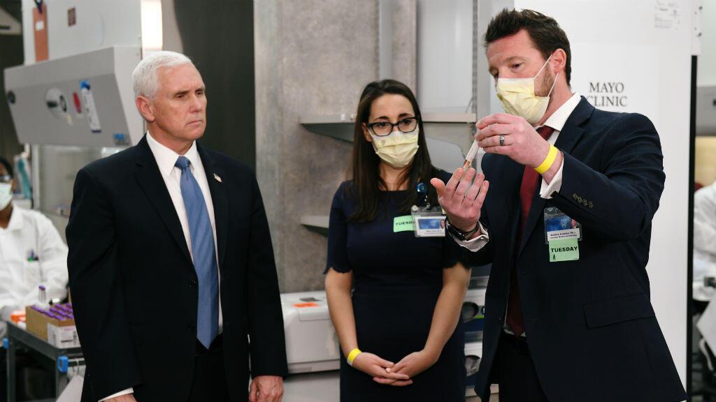 El vicepresidente de Estados Unidos, Mike Pence, visita a médicos y técnicos de laboratorio mientras recorre las instalaciones de Mayo Clinic, que apoya la investigación y el tratamiento de la enfermedad por coronavirus Covid-19, en Rochester, Minnesota, EE. UU., el 28 de abril de 2020.