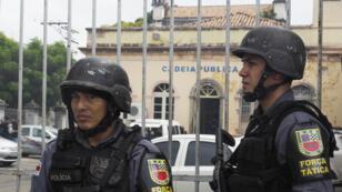 Des policiers en faction devant une prison de Manaus.