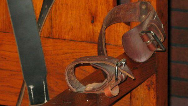 Las correas de una silla eléctrica fotografiada en el Museo de la Prisión de Texas en Huntsville, Texas, EE. UU.