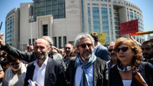 Des journalistes de Cumhuriyet ont pris part à une manifestation spontanée devant le tribunal où étaient jugés les quatre universitaires ainsi que plusieurs de leurs collègues, vendredi 22 avril 2016.
