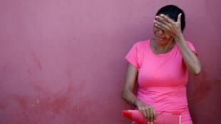 Una pariente de un reo llora después del mortal motín, frente al Instituto Médico Legal de Altamira, Brasil, el 30 de julio de 2019.