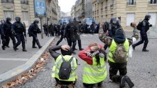 احتجاجات للسترات الصفراء في جادة الشانزلزيه في باريس