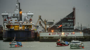 Une flottille de pêcheurs a bloqué le port de Calais, jeudi 25 janvier.