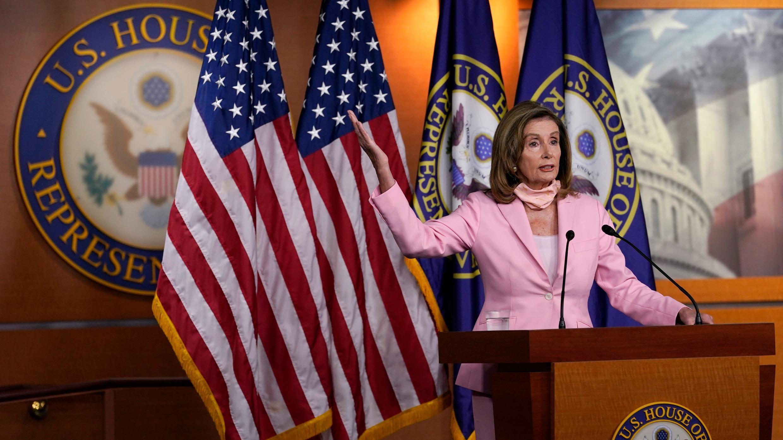 La presidenta de la Cámara de Representantes, Nancy Pelosi, de California, habla durante una conferencia de prensa en el Capitolio en Washington, el sábado 22 de agosto de 2020.