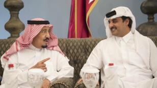 Le roi Salmane d'Arabie saoudite et l'émir du Qatar, cheikh Tamim ben Hamad Al-Thani, à Doha le 6 décembre 2016.