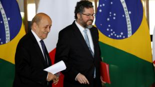 El ministro de Asuntos Ecteriores de Francia, Jean-Yves Le Drian (izq.) y su homólogo brasileño, Ernesto Araujo (der.) en Brasilia, Brasil. 29 de julio 2019.
