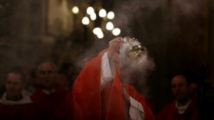 El arzobispo de Santiago, Ricardo Ezzati, celebra misa en la Catedral Metropolitana de Santiago, el 18 de mayo de 2018.