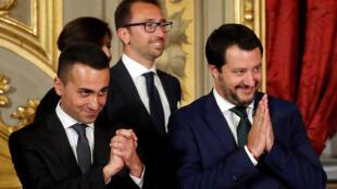 El ministro de Trabajo e Industria Luigi di Maio (izquierda) junto al ministro del Interior Matteo Salvini durante una ceremonia de juramento en el Palacio del Quirinal en Roma, Italia, el 1 de junio de 2018.