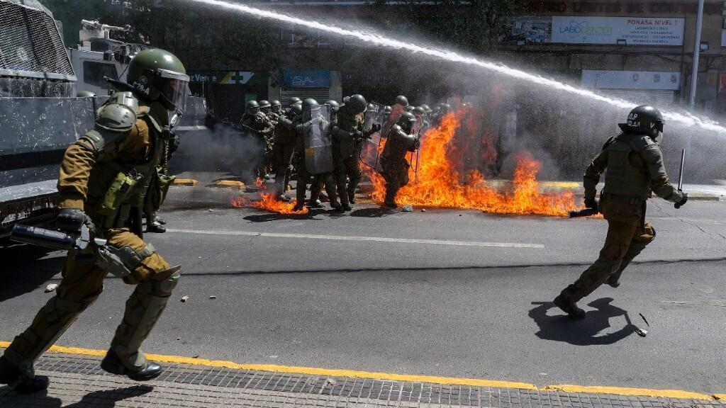 La policía chilena es atacada por un coctel molotov cuando un camión antidisturbios lanzaba agua. En Santiago, Chile.