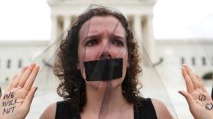 """Una manifestante muestra las palabras """"no regresaremos"""" escritas en sus manos fuera de la Corte Suprema de los EE. UU., después de que el Senado de EE. UU. votó para confirmar la nominación de Brett Kavanaugh como juez de la Corte Suprema de Justicia en el Capitolio de Washington, EE. UU., el 6 de octubre de 2018."""
