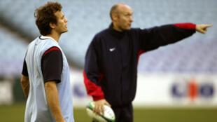 Fabien Galthié (à g.) était le capitaine du XV de France lorsque Bernard Laporte (à d.) en était le sélectionneur. Ici en octobre 2003, à Sydney, pendant la coupe du monde australienne.