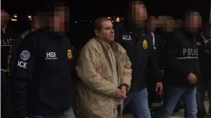 """Joaquin """"El Chapo"""" Guzman, à Ciudad Juarez (Mexique), escorté par la police américaine, en route pour New York."""