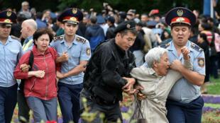 La police arrête des membres de l'opposition kazakhe pendant une manifestation contre le scrutin présidentiel, à Almaty le 9 juin.