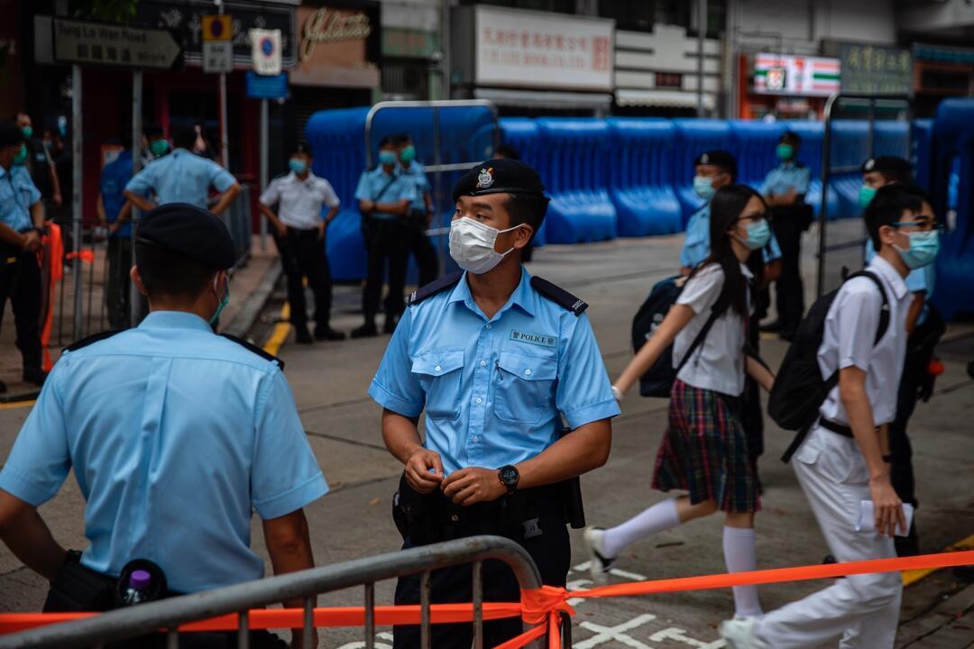 Varios policías de guardia durante la ceremonia de inauguración de la Oficina de Protección de la Seguridad Nacional de Beijing en Causeway Bay, Hong Kong, China, el 8 de julio de 2020.